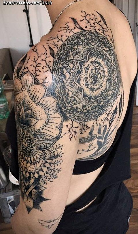Tatuaje De Mándalas Filigranas Hombro