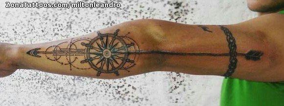Tatuaje De Timones Flechas Brazo