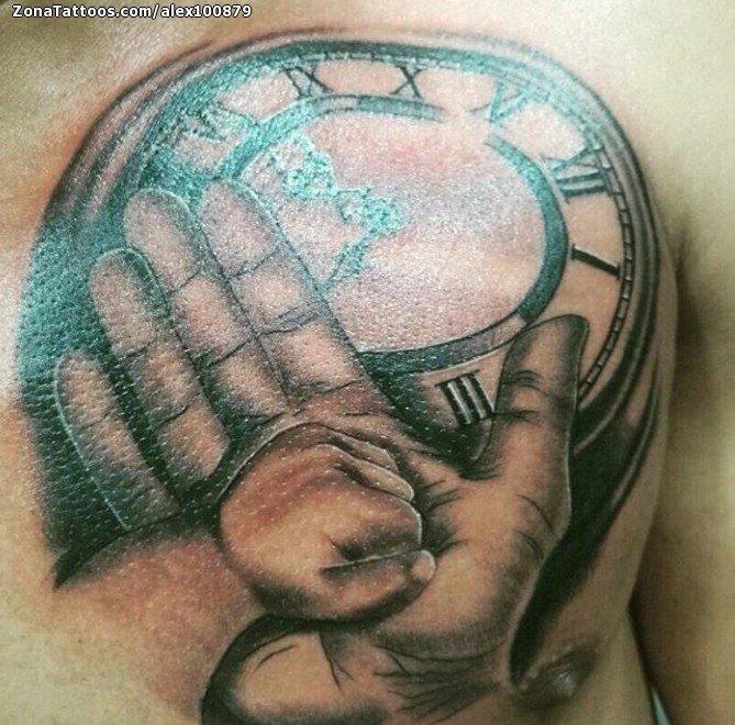 Tatuaje De Relojes Manos Pecho