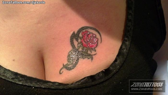 Tatuaje De Rosas Tribales Pecho