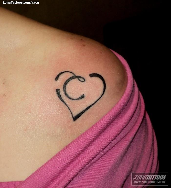 Tatuaje De Corazones Iniciales Hombro