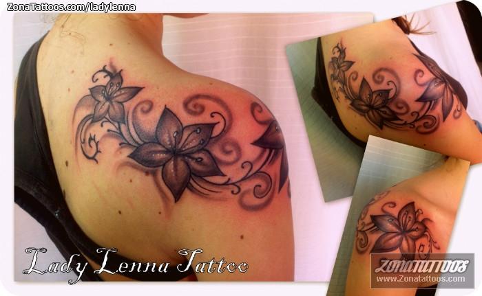 Tatuaje De Flores Hombro
