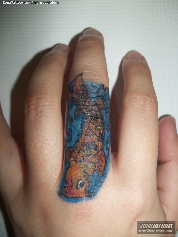 tatuaje de peces koi dedos